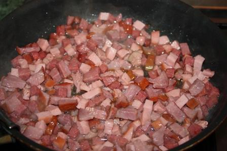 обжариваем колбасу
