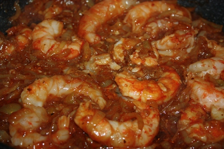 добавляем соевый соус и томатную пасту